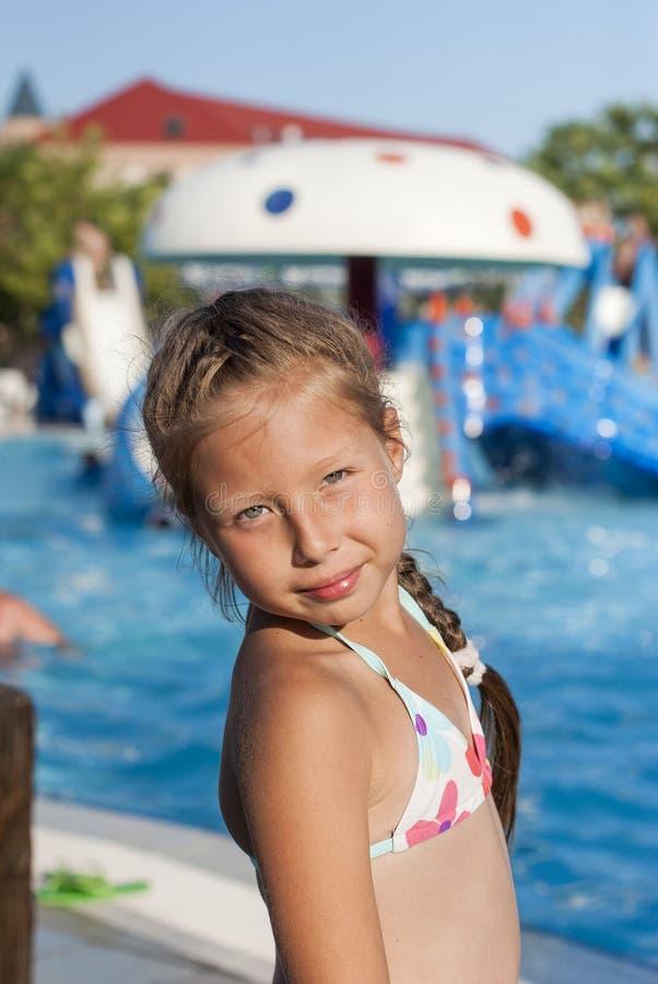 Κορίτσι κοντά σε μια έλξη με το νερό σε ένα πάρκο νερού στοκ φωτογραφίες