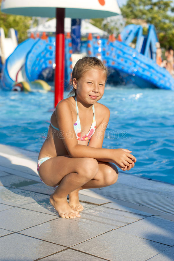 Κορίτσι κοντά σε μια έλξη με το νερό σε ένα πάρκο νερού στοκ φωτογραφίες με δικαίωμα ελεύθερης χρήσης