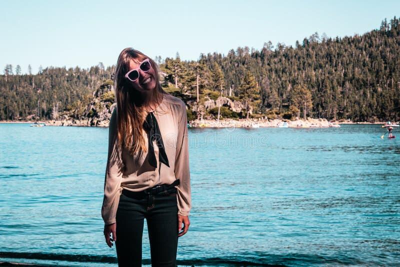Κορίτσι κοντά στη λίμνη Tahoe, Καλιφόρνια στοκ εικόνες