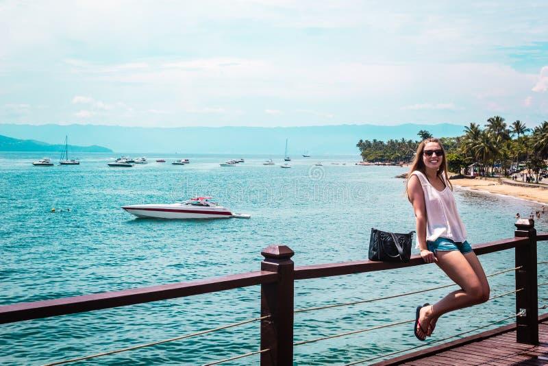 Κορίτσι κοντά στις βάρκες στο όμορφο νησί (Ilhabela) Βραζιλία (Βραζιλία) στοκ εικόνα