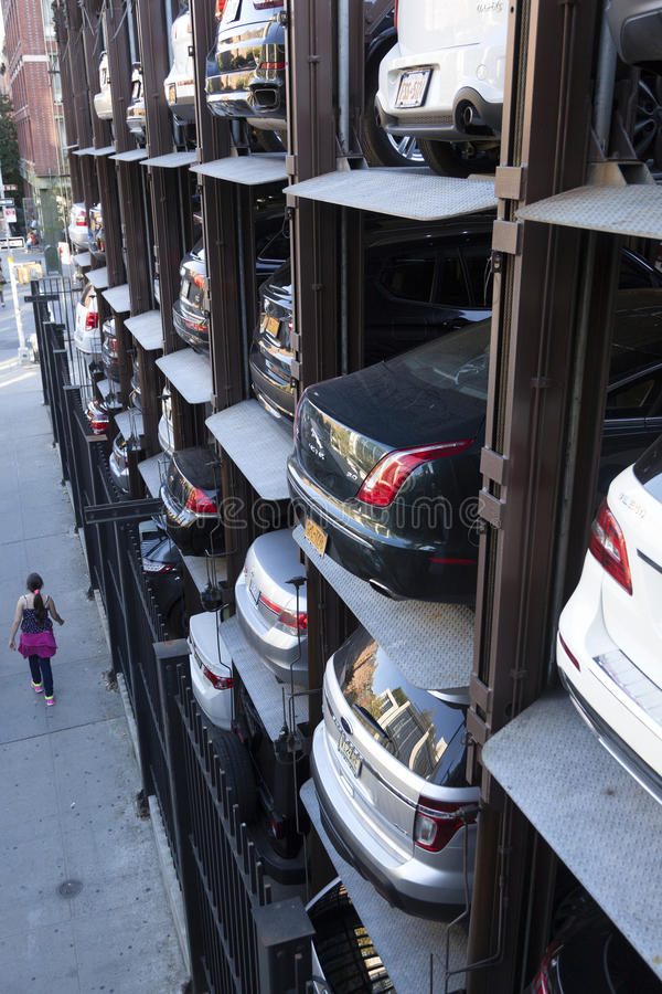 Κορίτσι κοντά στον κάθετο υπαίθριο σταθμό αυτοκινήτων στην πόλη της Νέας Υόρκης που βλέπει άνωθεν στοκ φωτογραφία με δικαίωμα ελεύθερης χρήσης