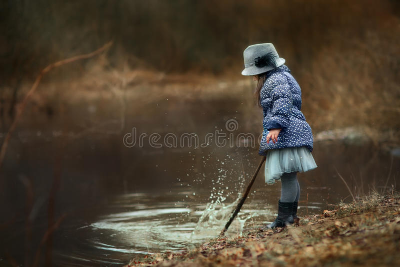 κορίτσι κοντά στον ποταμό στοκ εικόνα