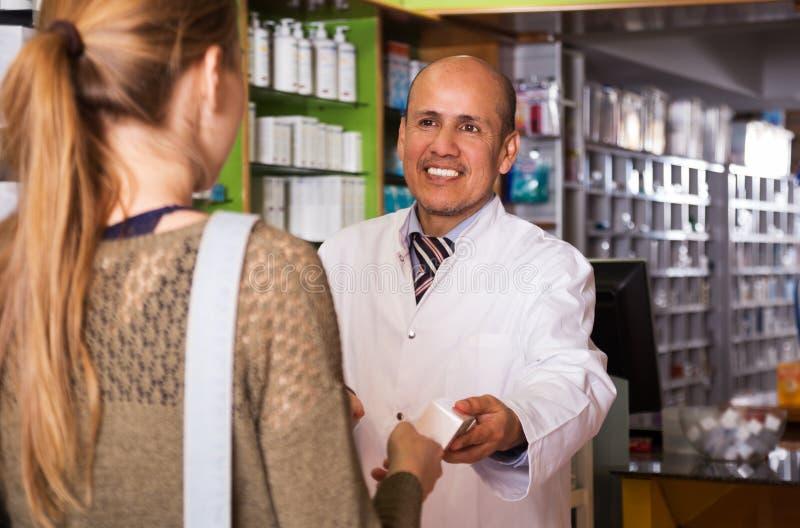 Κορίτσι κοντά στο μετρητή στο φαρμακείο στοκ φωτογραφία με δικαίωμα ελεύθερης χρήσης