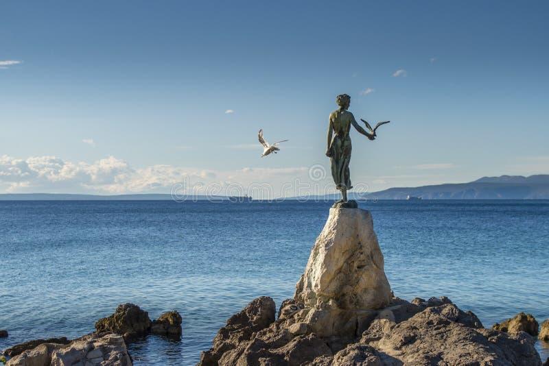 Κορίτσι κοριτσιών με seagull, άγαλμα στους βράχους, Opatija, Κροατία στοκ εικόνα