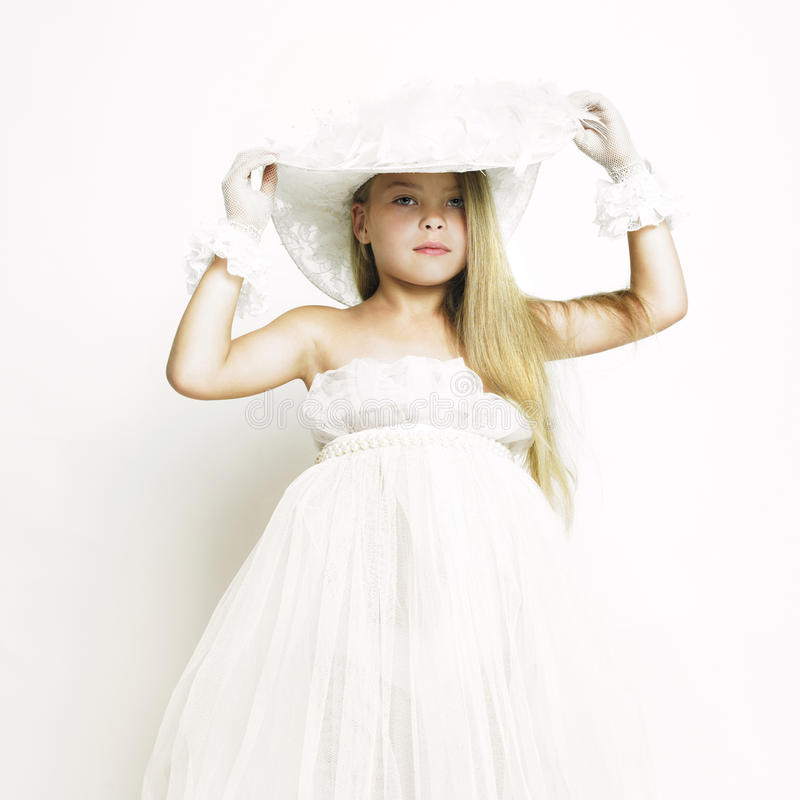 Κορίτσι-κούκλα στο άσπρο εκλεκτής ποιότητας φόρεμα στοκ φωτογραφία με δικαίωμα ελεύθερης χρήσης