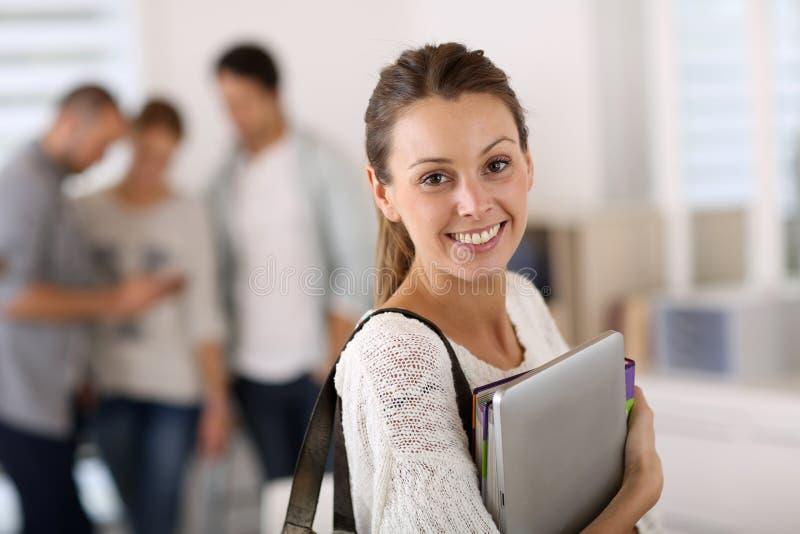 Κορίτσι κολλεγίου που πηγαίνει στην κατηγορία στοκ εικόνες