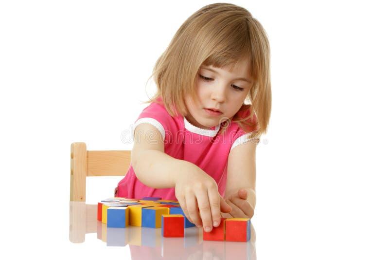 κορίτσι κύβων λίγο παιχνίδ&io στοκ φωτογραφία