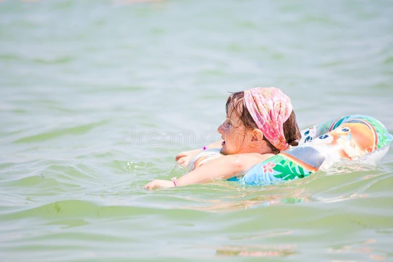κορίτσι λίγη θάλασσα στοκ φωτογραφία