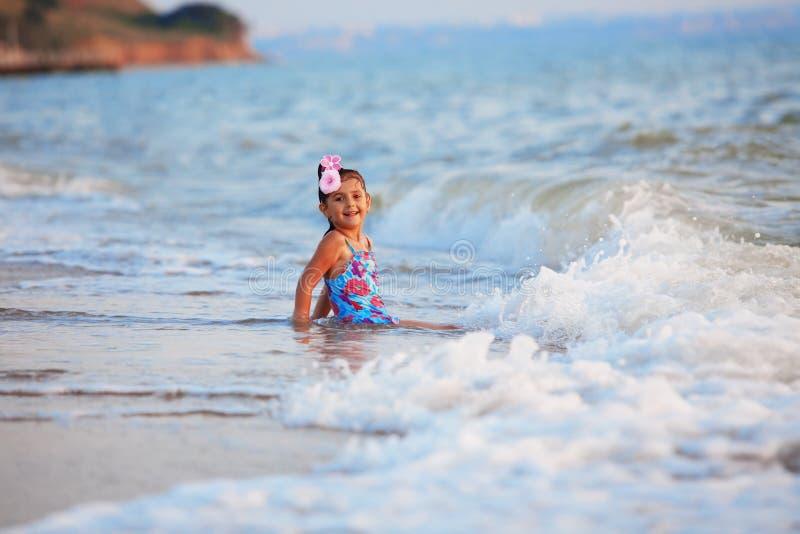 κορίτσι λίγη θάλασσα στοκ εικόνα με δικαίωμα ελεύθερης χρήσης