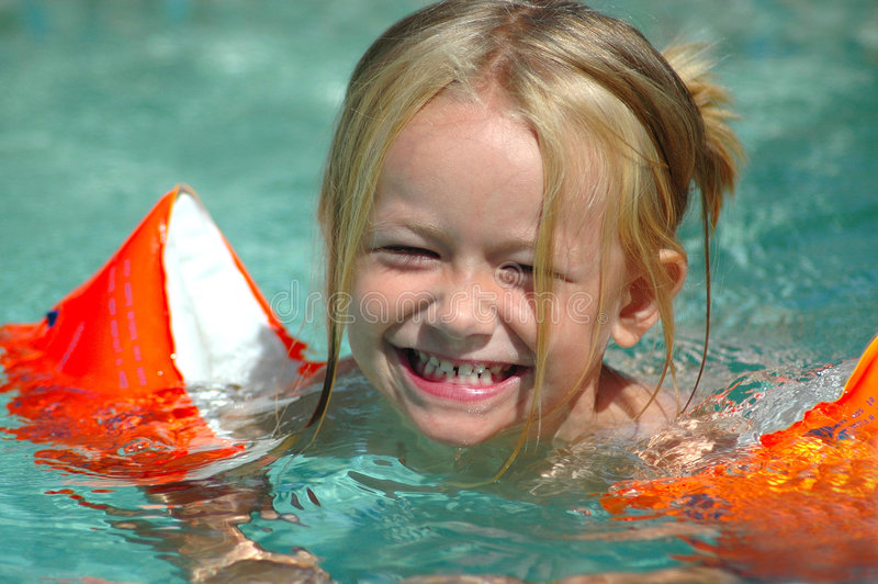 κορίτσι λίγη κολύμβηση λιμνών στοκ φωτογραφία με δικαίωμα ελεύθερης χρήσης