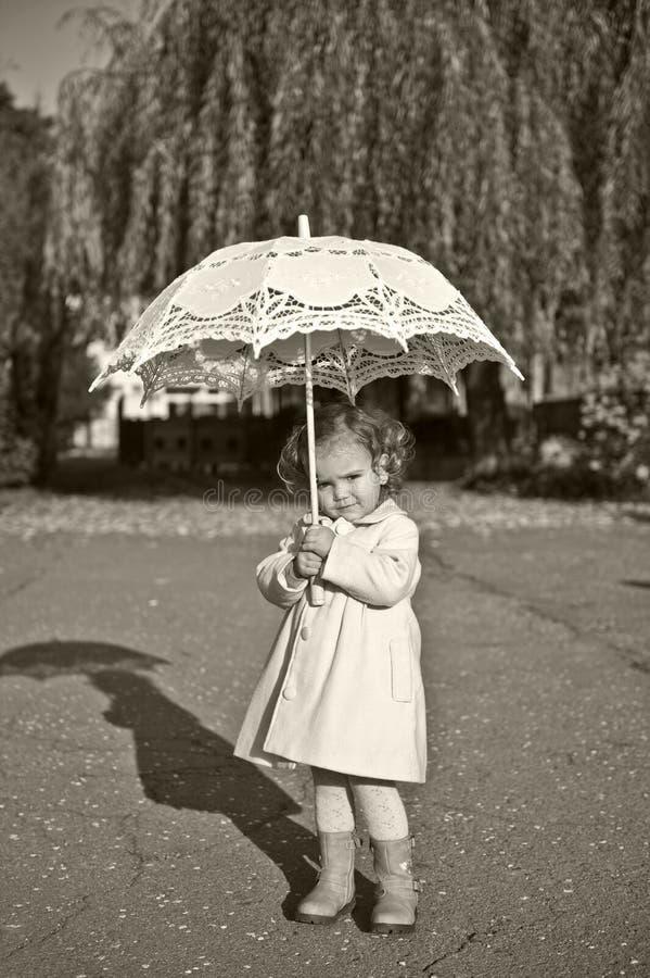 Download κορίτσι λίγη ομπρέλα στοκ εικόνα. εικόνα από κομψότητα - 17058393