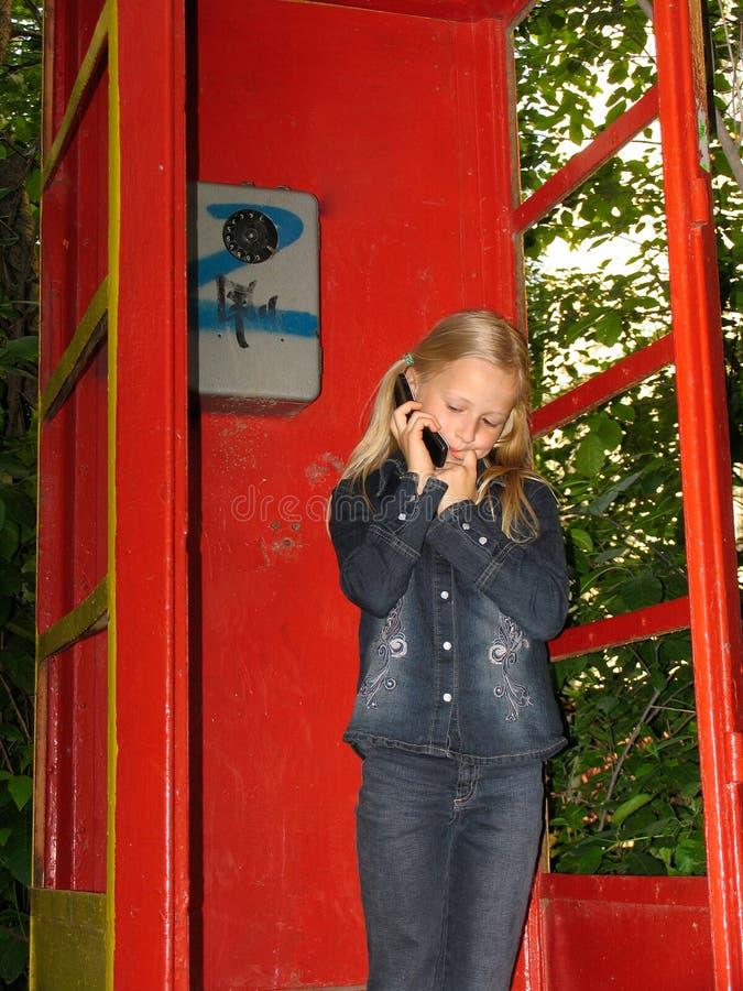 κορίτσι λίγο κινητό τηλέφων στοκ φωτογραφία με δικαίωμα ελεύθερης χρήσης