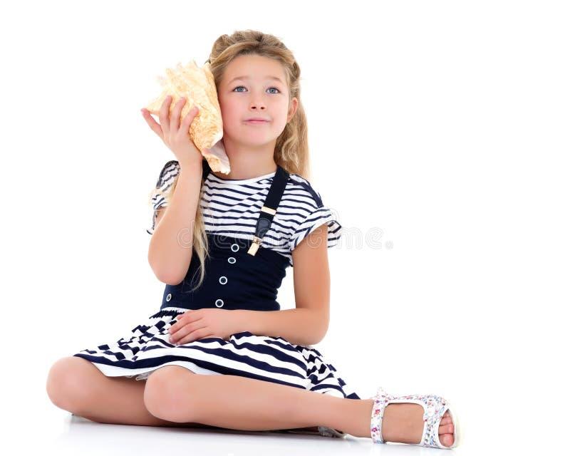 κορίτσι λίγο κοχύλι θάλα&si στοκ εικόνες