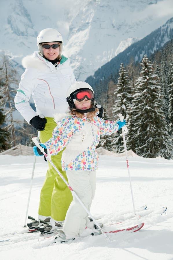 κορίτσι λίγο σκι μητέρων στοκ φωτογραφία με δικαίωμα ελεύθερης χρήσης