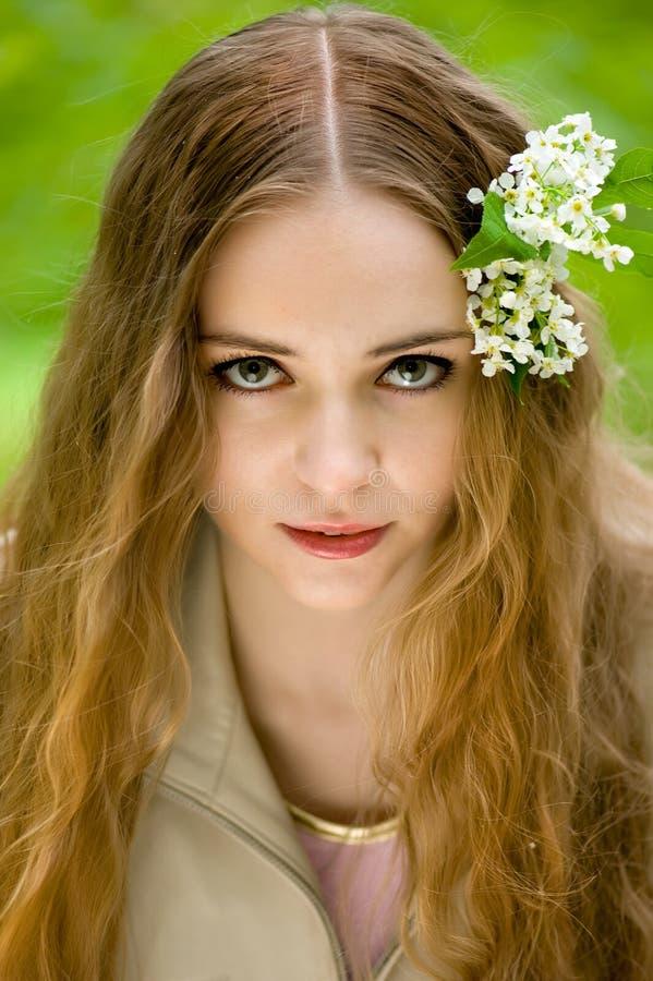 κορίτσι λουλουδιών όμορ στοκ φωτογραφία