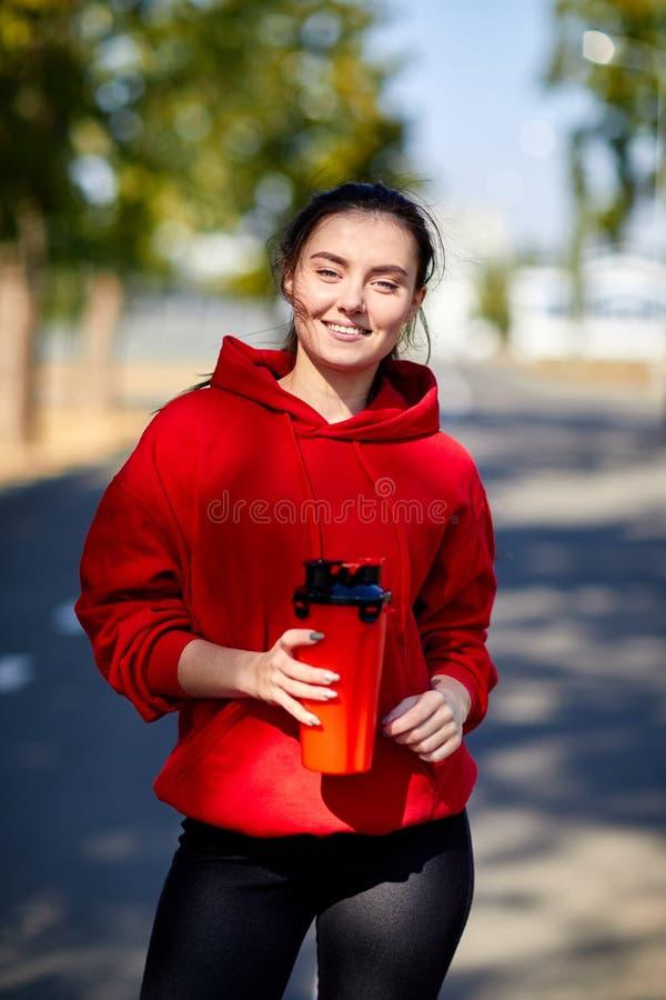 Κορίτσι μετά από την προθέρμανση με ένα αναζωογονώντας ποτό στοκ φωτογραφίες με δικαίωμα ελεύθερης χρήσης