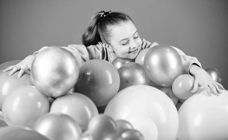 Κορίτσι μεταξύ των μπαλονιών αέρα r r i Όλα εκείνα τα μπαλόνια για με Ευτυχία στοκ φωτογραφίες με δικαίωμα ελεύθερης χρήσης
