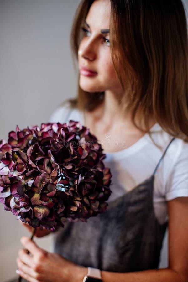 Κορίτσι με έναν κλάδο του ξηρού hydrangea στοκ φωτογραφία με δικαίωμα ελεύθερης χρήσης