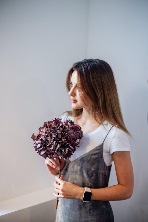 Κορίτσι με έναν κλάδο του ξηρού hydrangea στοκ εικόνες με δικαίωμα ελεύθερης χρήσης