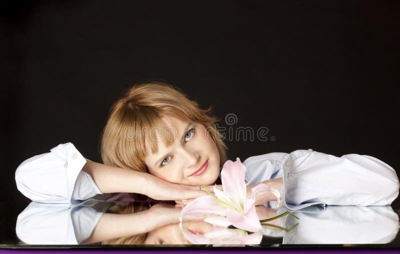 Κορίτσι με έναν ρόδινο κρίνο στοκ εικόνες