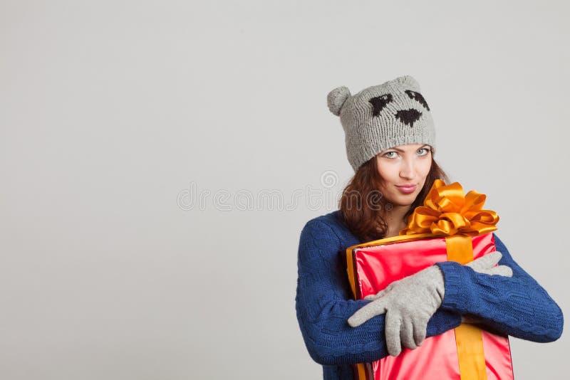 Κορίτσι με ένα δώρο στοκ εικόνες