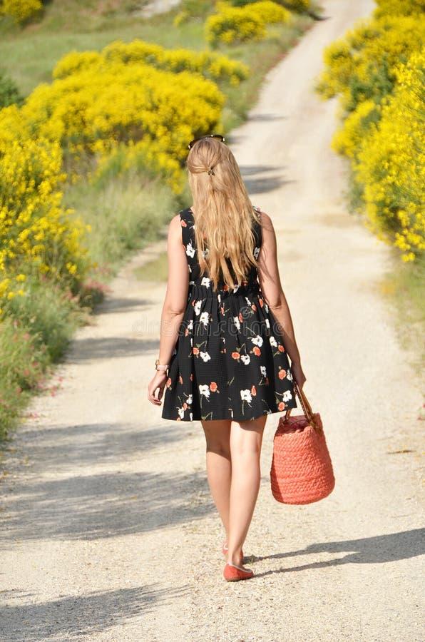 Κορίτσι με ένα καλάθι στο χέρι στοκ φωτογραφίες με δικαίωμα ελεύθερης χρήσης