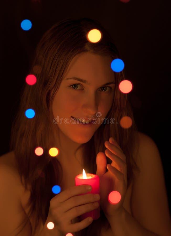 Κορίτσι με ένα κερί στοκ εικόνα