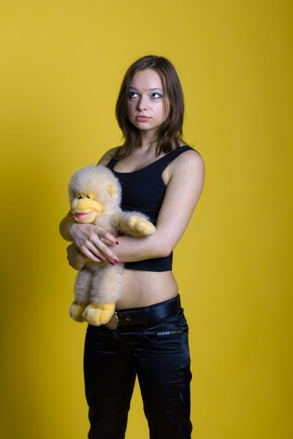 Κορίτσι με ένα παιχνίδι - πίθηκος στοκ φωτογραφία με δικαίωμα ελεύθερης χρήσης