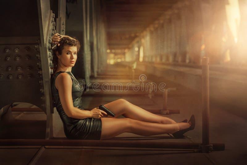 Κορίτσι με ένα πυροβόλο όπλο στοκ εικόνα με δικαίωμα ελεύθερης χρήσης
