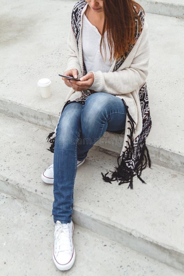 Κορίτσι με ένα τηλέφωνο στα χέρια στοκ εικόνες