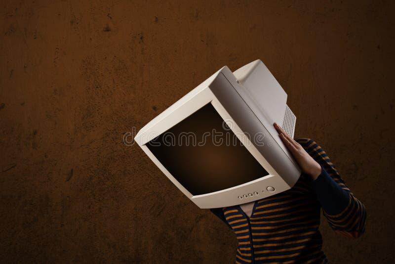 Κορίτσι με ένα όργανο ελέγχου στο επικεφαλής και κενό καφετί copyspace της στοκ φωτογραφία με δικαίωμα ελεύθερης χρήσης