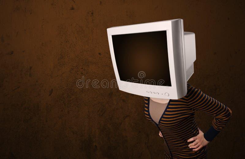 Κορίτσι με ένα όργανο ελέγχου στο επικεφαλής και κενό καφετί copyspace της στοκ εικόνες