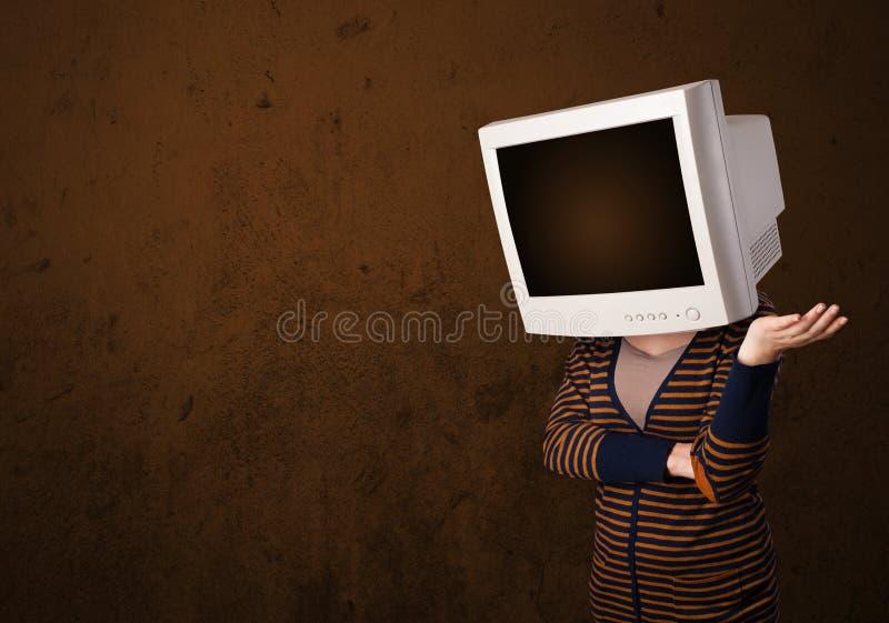 Κορίτσι με ένα όργανο ελέγχου στο επικεφαλής και κενό καφετί copyspace της στοκ φωτογραφίες