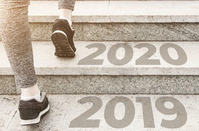 Κορίτσι με αθλητική στολή που τρέχει τριγύρω Υγιής τρόπος ζωής, ένας εγχυμένος αριθμός αθλητικά κοντά, τέλος 20189 Έναρξη έως νέο στοκ φωτογραφία
