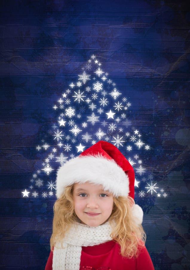 Κορίτσι με καπέλων και Snowflake Santa τη μορφή σχεδίων χριστουγεννιάτικων δέντρων στοκ φωτογραφία με δικαίωμα ελεύθερης χρήσης
