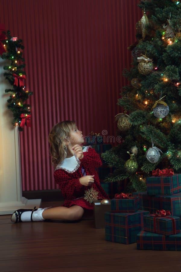 Κορίτσι με κουτί δώρων σε χριστουγεννιάτικο οικιακό περιβάλλον στοκ εικόνες