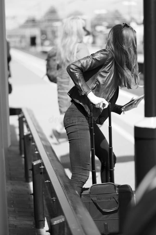 Κορίτσι με μακρυμάλλη με μια τσάντα αποσκευών στοκ εικόνες