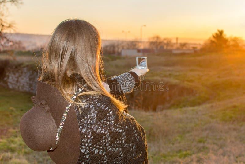 Κορίτσι με μια πυξίδα υπαίθρια στοκ φωτογραφία
