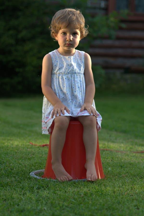 Κορίτσι με μια σοβαρή έκφραση στοκ εικόνες με δικαίωμα ελεύθερης χρήσης