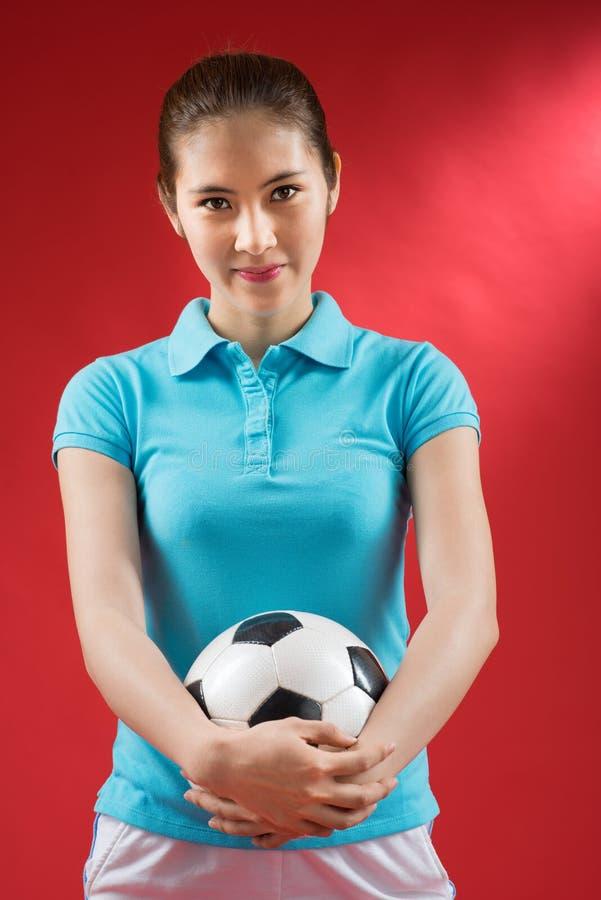 Κορίτσι με μια σφαίρα ποδοσφαίρου στοκ φωτογραφία