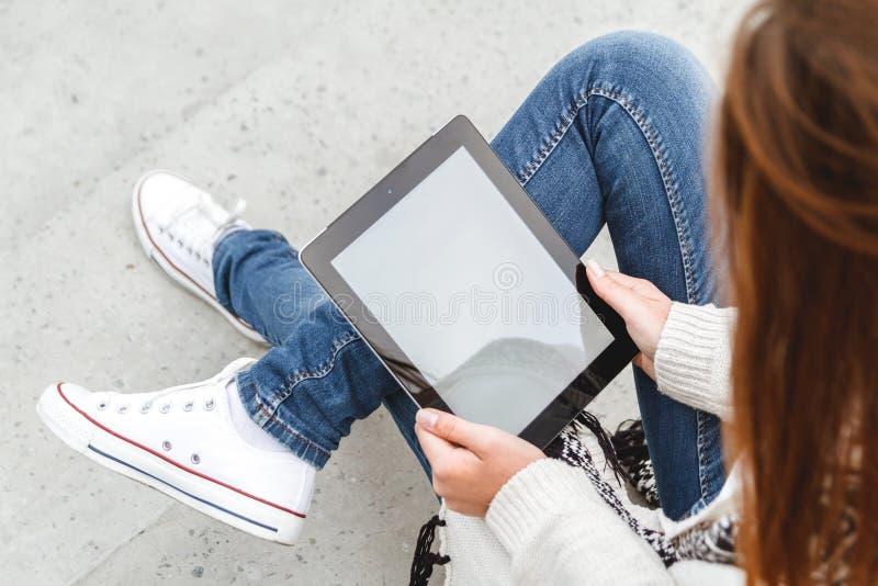 Κορίτσι με μια ταμπλέτα στα χέρια στοκ φωτογραφία με δικαίωμα ελεύθερης χρήσης