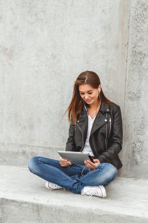 Κορίτσι με μια ταμπλέτα στα χέρια στοκ φωτογραφίες