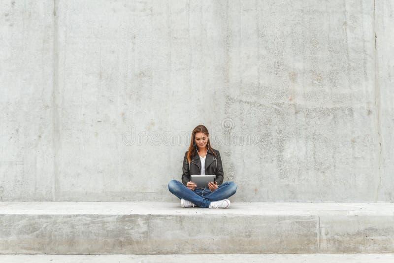 Κορίτσι με μια ταμπλέτα στα χέρια στοκ φωτογραφίες με δικαίωμα ελεύθερης χρήσης