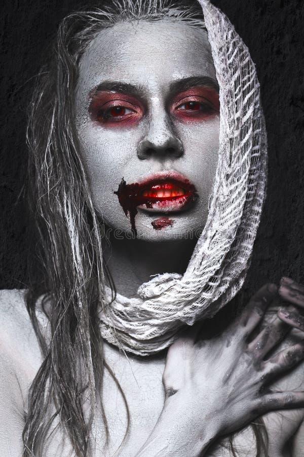 Κορίτσι με μορφή zombies, πτώμα αποκριών με το αίμα στα χείλια του Εικόνα για μια ταινία φρίκης στοκ φωτογραφίες