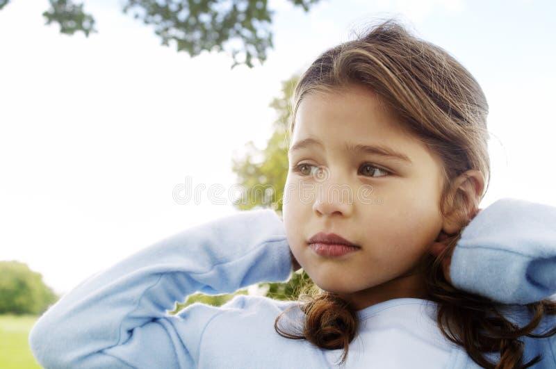 Κορίτσι με στο πάρκο με το μπλε ουρανό. στοκ φωτογραφίες