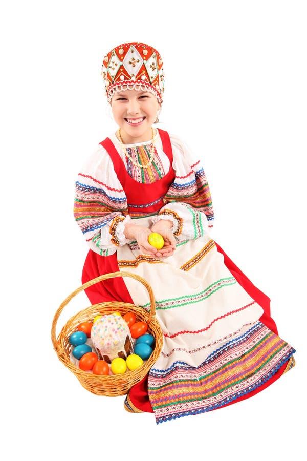 Κορίτσι με τα αυγά Πάσχας και ένα κέικ διακοπών στοκ φωτογραφίες με δικαίωμα ελεύθερης χρήσης
