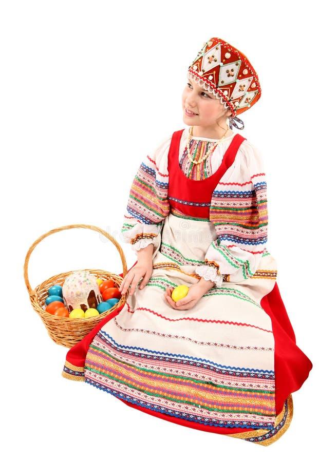 Κορίτσι με τα αυγά Πάσχας και ένα κέικ διακοπών στοκ εικόνες