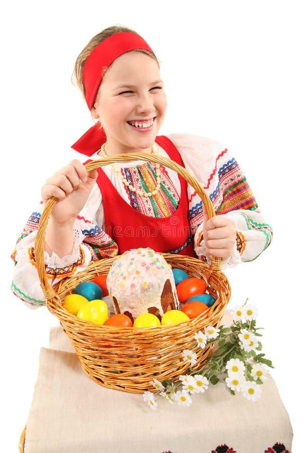 Κορίτσι με τα αυγά Πάσχας και ένα κέικ διακοπών στοκ φωτογραφίες