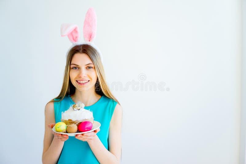 Κορίτσι με τα αυτιά λαγουδάκι και τα χρωματισμένα αυγά στοκ φωτογραφίες με δικαίωμα ελεύθερης χρήσης