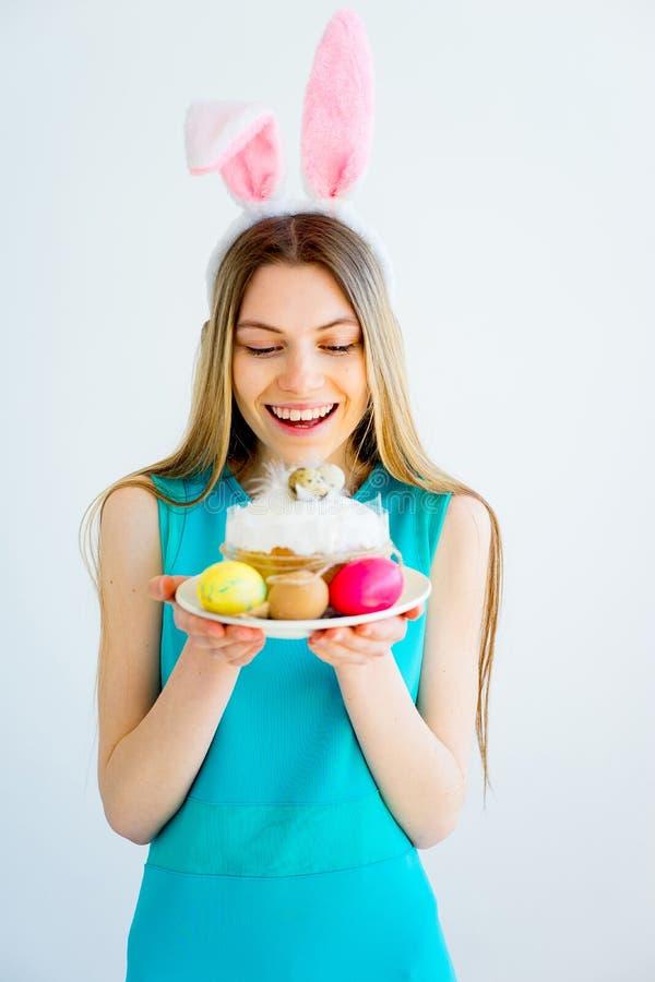 Κορίτσι με τα αυτιά λαγουδάκι και τα χρωματισμένα αυγά στοκ φωτογραφίες